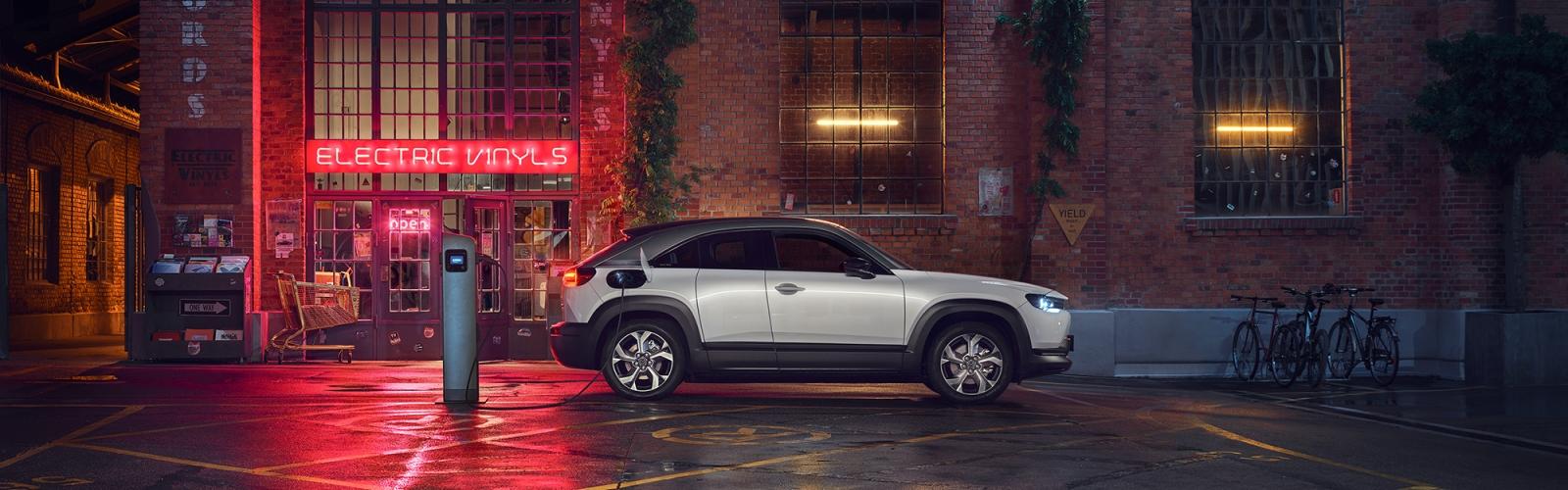 Nová Mazda MX-30. Dobíjajte energiu rok zadarmo.